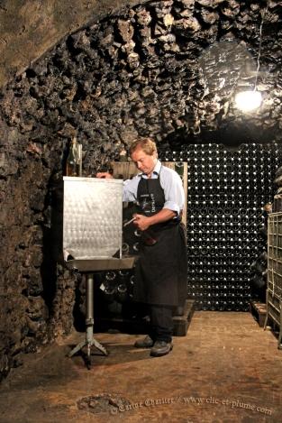Dégorgement traditionnel à la volée - Champagne Demière.