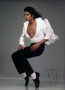 Dans une série de photos vêtu d'une chemise blanche et d'un pantalon noir le torse apparent, faisant ses célèbres poses.