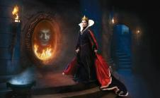 Alec Baldwin (dans le mirroir) et Olivia Wilde en méchante Reine de Blanche Neige